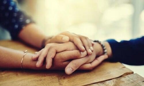 Mani che si toccano.