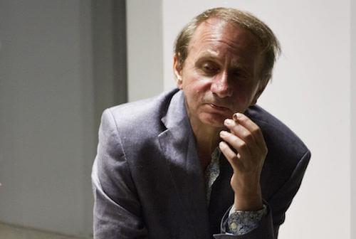 Michel Houellebecq che fuma una sigaretta.