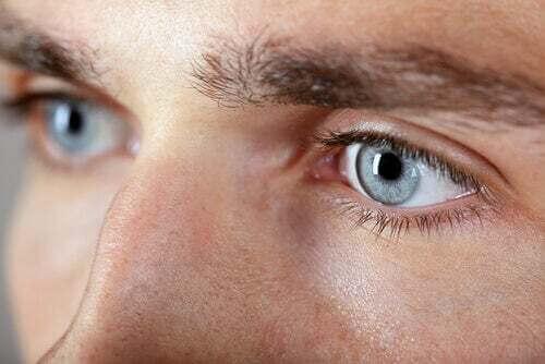 Primo piano di due occhi azzurri.