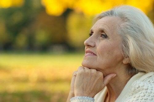 Donna anziana che guarda l'orizzonte.