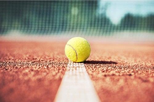 Pallina da tennis sul campo.