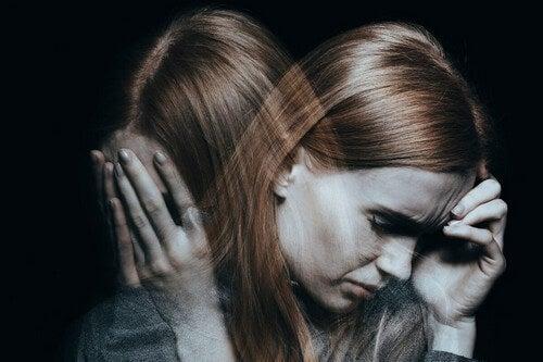 Donna triste tra le persone autolesioniste.