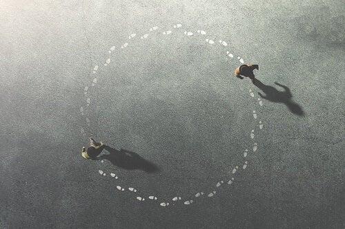 Persone che camminano in cerchio.