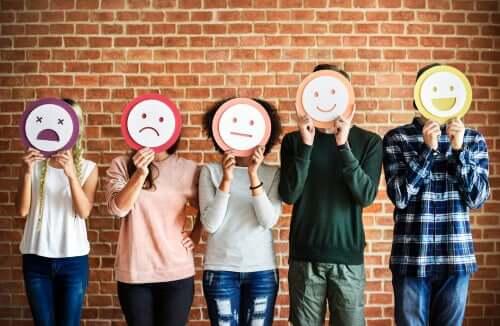 Persone con delle maschere che mostrano le loro emozioni.