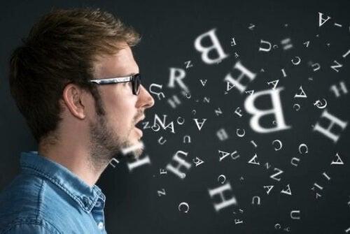 Profilo di uomo con lettere.
