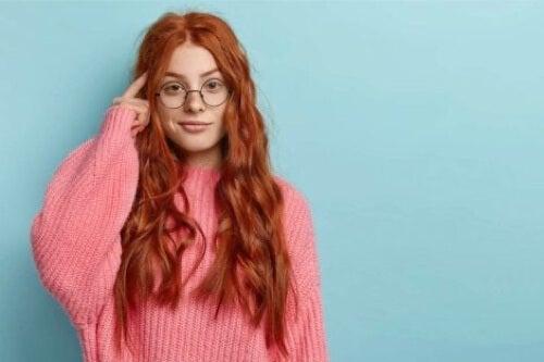 Ragazza dai capelli rossi che pensa.