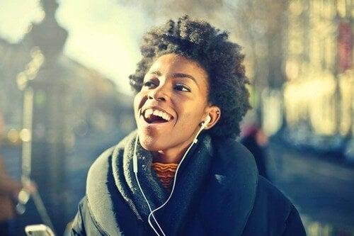 Ragazza sorridente che ascolta la musica.