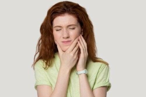 Ragazza con dolore alla mandibola.