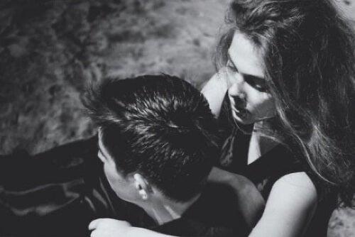 Ragazza preoccupata che abbraccio il partner.