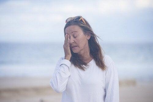 Donna con difficoltà di concentrazione.