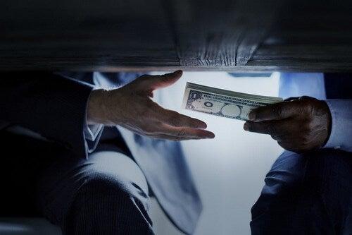 Scambio di denaro sotto il tavolo.