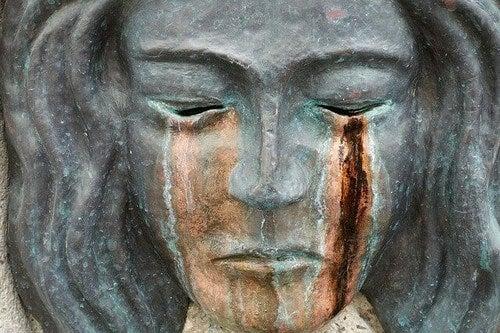 Scultura femminile che piange.