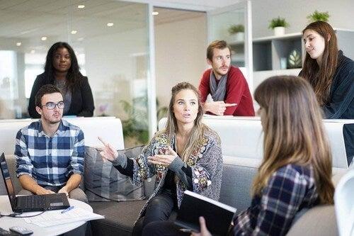 Gruppo di lavoro che sviluppa le competenze socio emotive.