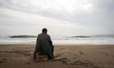 Uomo con disturbo da stress acuto è seduto di fronte al mare.