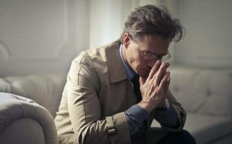 Uomo di mezza età con depressione da disoccupazione.