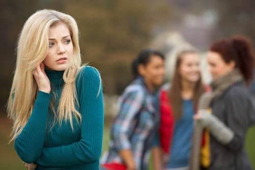 Ragazza lasciata in disparte dalle sue amiche.