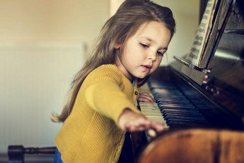 Bambina plusdotata che suona il pianoforte.