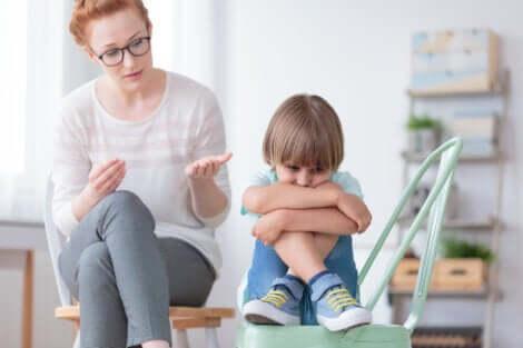 Disturbo disintegrativo dell'infanzia, bambino e psicologa.