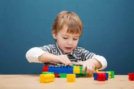 Bambino gioca con giochi di costruzione.