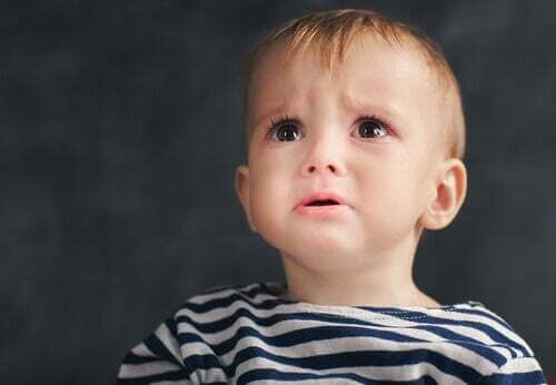 Bambino sul punto di piangere.