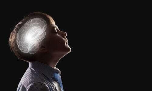 Bambino con il cervello illuminato.