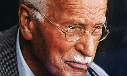 Carl Jung che fuma la pipa.