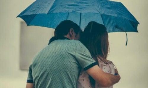 Coppia sotto l'ombrello.