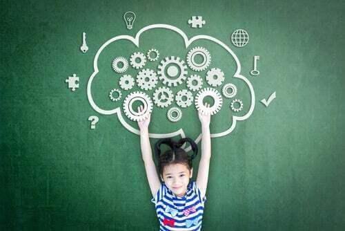 Bambina con il cervello disegnato su una lavagna.