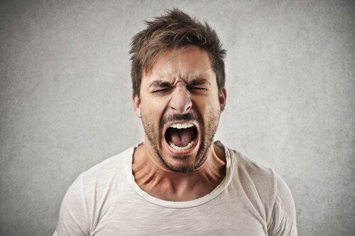 Uomo che urla a causa dei disturbi del controllo degli impulsi.
