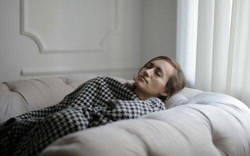 Voglia di dormire sempre: cosa succede?