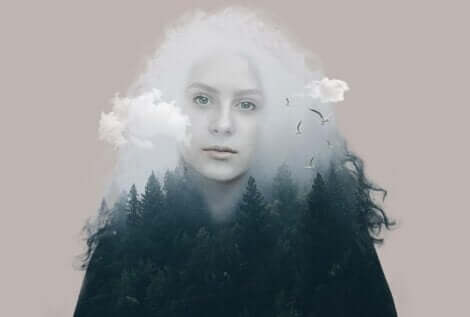 Donna con capelli di nuvole e corpo di bosco.
