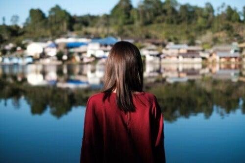 Donna che guarda un villaggio.
