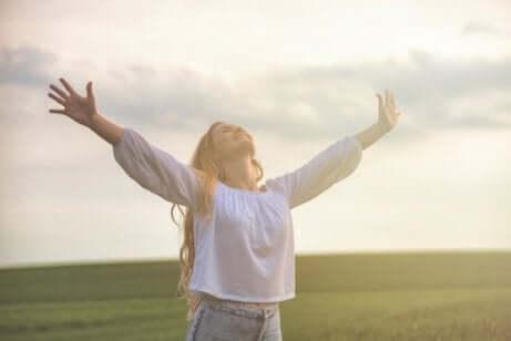 Donna con le braccia al cielo.