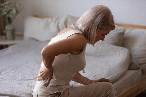 Donna con dolore cronico alla schiena.