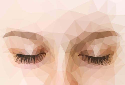 Donna con occhi chiusi.