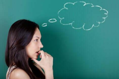 Donna di profilo e pensiero rappresentato da una nuvoletta.
