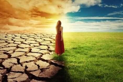 Frasi per cominciare una nuova fase, donna tra deserto e prato.