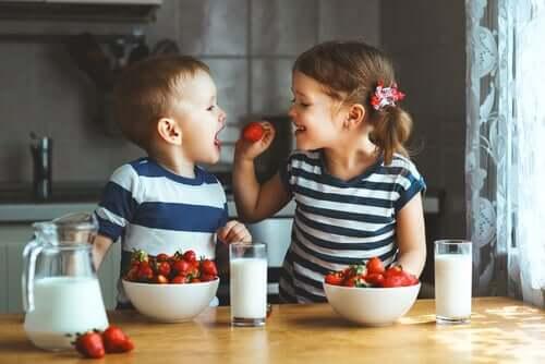 Fratelli che ridono in cucina.