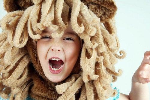 Bambini che ha deciso di travestirsi da leone.