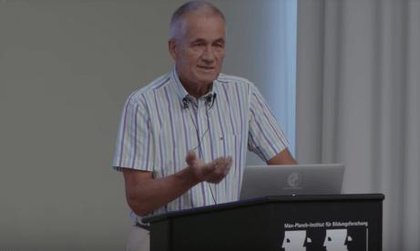 Gøtzsche tiene una conferenza sulla critica agli psicofarmaci.