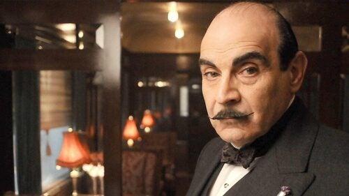 Hercules Poirot in primo piano.