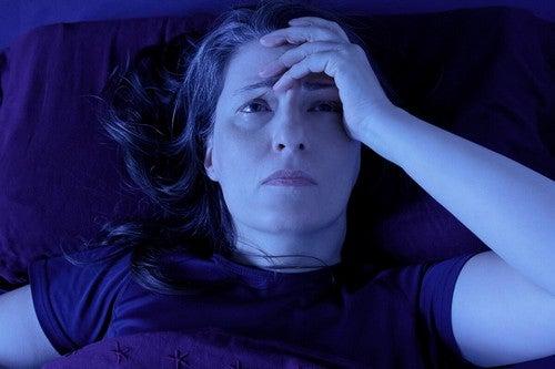 Donna che non riesce a dormire per il dolore cronico.