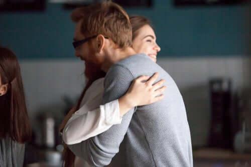 Coppia che si abbraccia sorridente per l'ammirazione.
