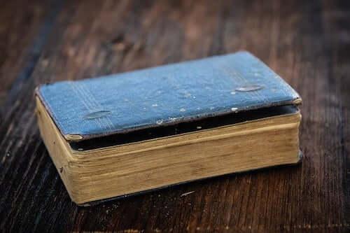 Libro antico con copertina blu.