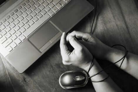 Mani legate con il filo del mouse.