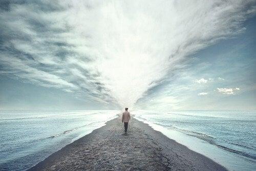 Persona cammina da sola