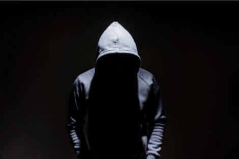 Persona con cappuccio senza volto.