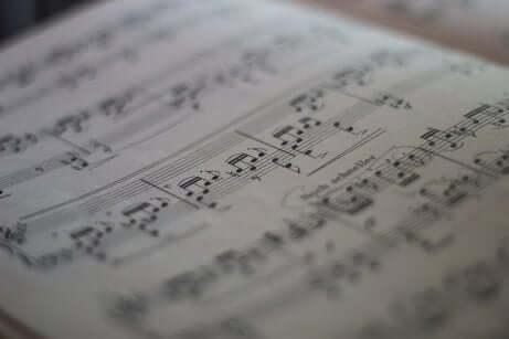 Spartito musicale con sonata di Beethoven.