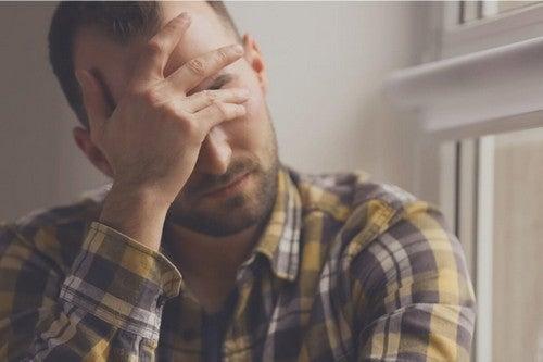 Uomo con mal di testa e diversi tipi di stress.