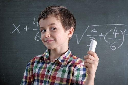 Bambino genio in matematica.